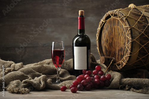 Fotografía  Still life with a bottle of wine and a delicious grapes