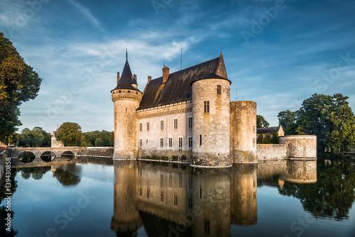 zamek-w-sully-sur-loire-o-zachodzie-slonca-francja