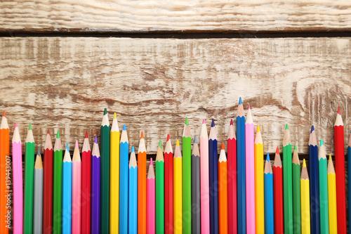 kolorowe-kredki-na-drewnianym-stole