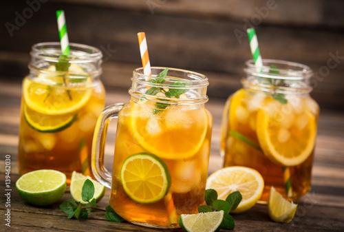 herbata-lodowa-z-cytryna-limonka-i-mieta-w-wesolych-kubkach