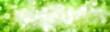 Leinwandbild Motiv Breiter Hintergrund aus schönen unscharfen Glanzlichtern im Grünen
