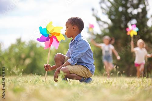 Valokuva Afrikanischer Junge und Freunde mit Windrad