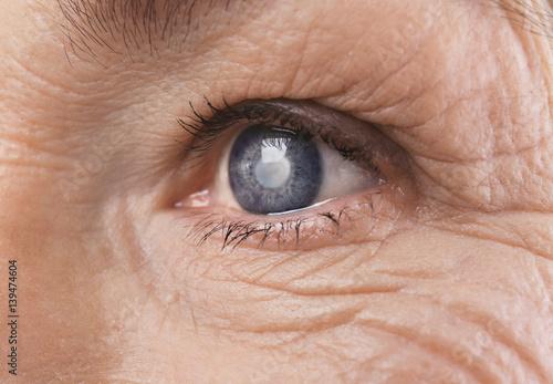 Senior woman face with wrinkles, closeup Fototapet