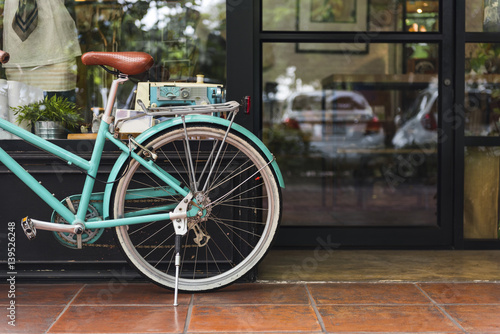Fotobehang Fiets Bicycle Bike Vintage Cafe Shop Window Concept