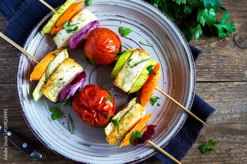 Fotografía  Halloumi cheese and vegetables grilled skewers
