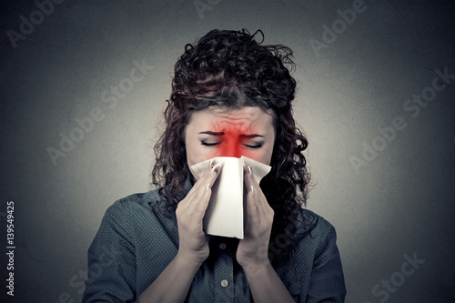 Photo  Closeup portrait woman sneezing in a tissue blowing her runny no