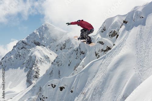 snowboardzista-wyskakujacy-z-trasy-ekstremalny-sport-zimowy