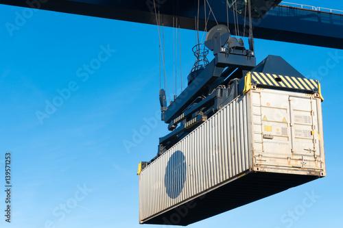 Foto auf AluDibond Port Container am Haken