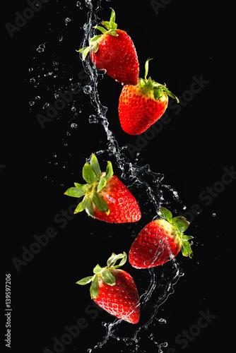 truskawki-w-plusk-wody