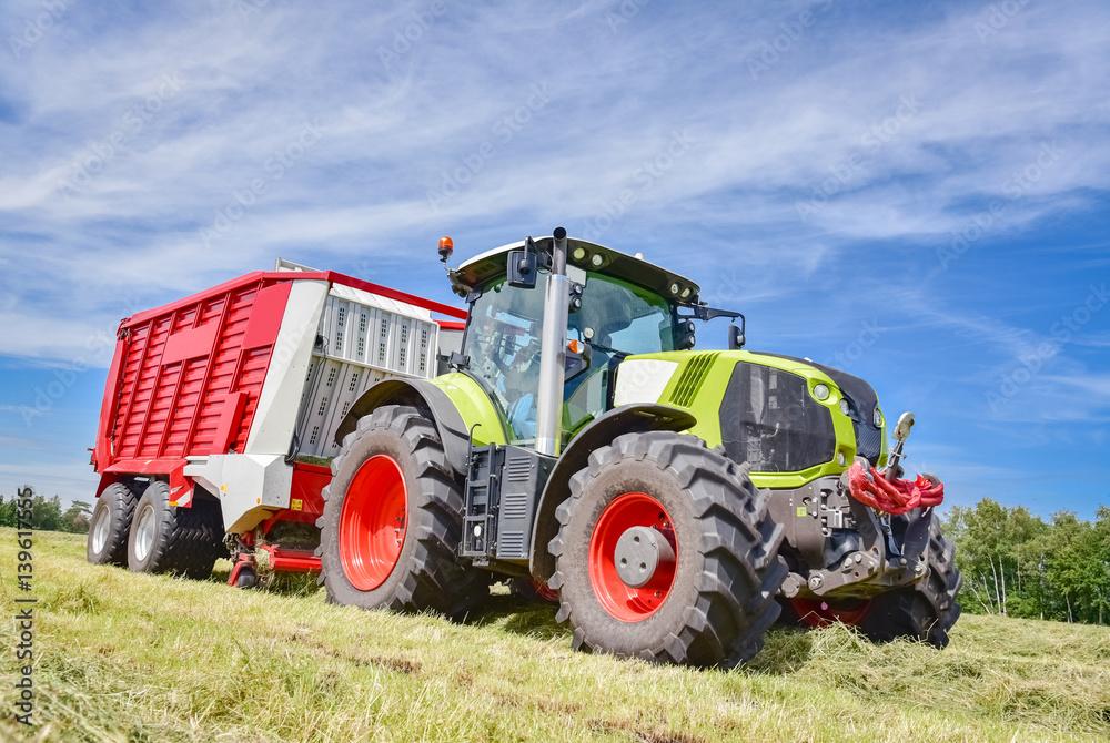 Fototapete Landwirtschaft Ernte, Traktor Mit Ladewagen Bei