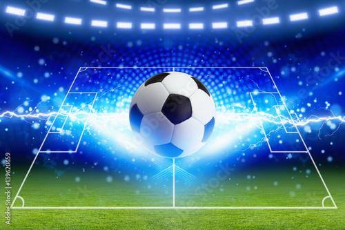 Piłka nożna, jasny niebieski błyskawica, zielone boisko do piłki nożnej z układem