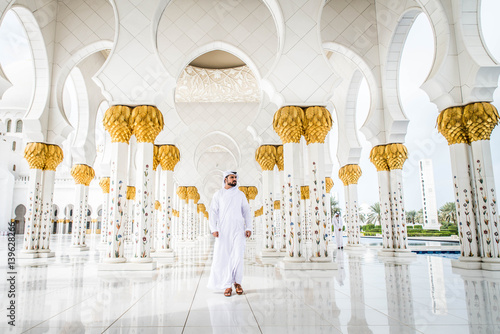 Foto auf Leinwand Abu Dhabi Arabic man at Sheikh Zayed mosque