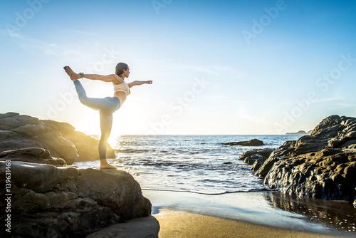 Poster Ecole de Yoga Woman doing yoga on the beach