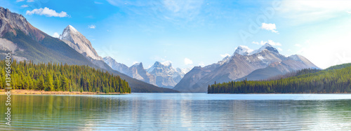 Valokuva  Maligne Lake panorama in Jasper national park, Alberta, Canada