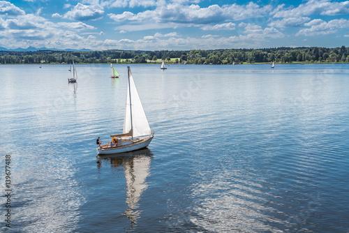 Segelboote segeln im Starnberger See in Bayern
