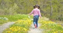 森の小道を歩く少女