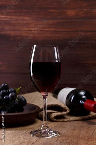 czerwone-wino-butelka-z-kieliszkiem-do-wina-oddzial-ciemny-winogron