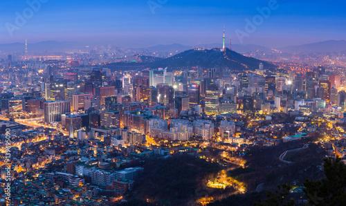 Naklejka premium Seoul City Skyline i N Seoul Tower w Seulu, Korea Południowa