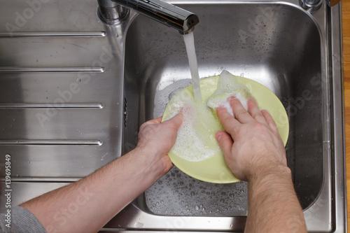 Fototapety, obrazy: man washing dishes without gloves