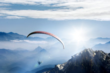 Paragliding Im Hochgebirge Bei Sonnenaufgang