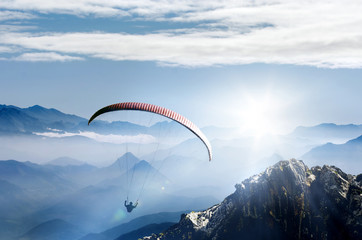 Fototapeta Paragliding im Hochgebirge bei Sonnenaufgang