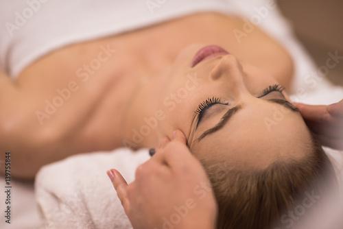 Keuken foto achterwand Spa woman receiving a head massage
