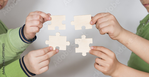 Fototapety, obrazy: Small hands completes the puzzle