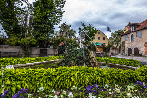 Fotografía  Visby, Gotland - May 15, 2015: Fountain in the old town of Visby in Gotland, Swe