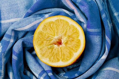 plasterek-cytryny-w-centrum-niebieskiej-serwetki