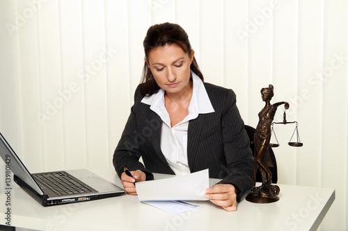 Foto  Rechtsanwalt im Büro.  Anwalt für Recht und Gesetz