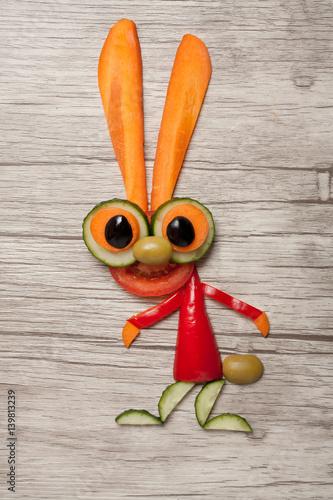 zajac-z-zielonych-warzyw-na-stole