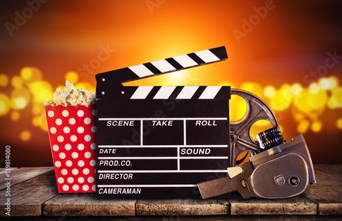 stara-kamera-i-klaps-filmowy-na-zlotym-tle