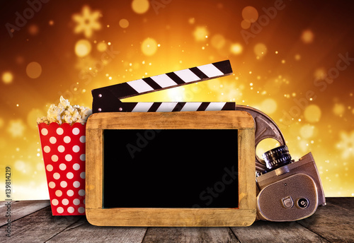 akcesoria-do-produkcji-filmow-i-popcorn-na-podswietlonym-tle