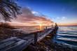 Pontile sul lago al tramonto