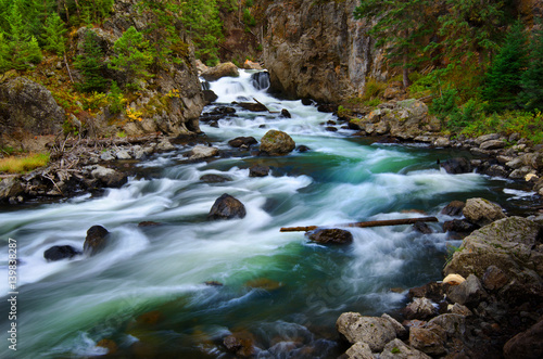 Poster Rivier Whitewater River Flowing Past Rocks in Wilderness