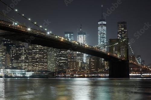 Montage in der Fensternische Brooklyn Bridge Brooklyn Bridge and New York city skyline illuminated at night