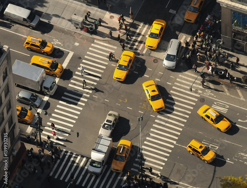 Valokuva New York City. Yellow cabs go through the intersection. Top view