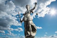 Justitia Symbol Für Gerechtigkeit Vor Himmel Mit Wolken