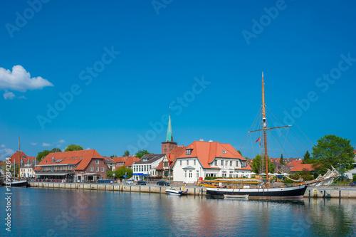 Foto auf AluDibond Schiff Hafen in Neustadt in Holstein
