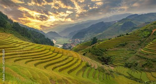 Photo sur Toile Les champs de riz Smooth symbolize the city's Mu cang chai,Yenbai,Vietnam.