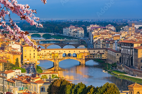 La pose en embrasure Florence Ponte Vecchio over Arno river in Florence at spring, Italy