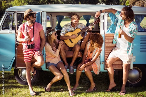 Poster Magasin de musique Group of friends having fun at music festival