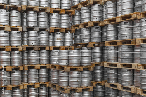 Stapel mit Bierfässern aus Metall