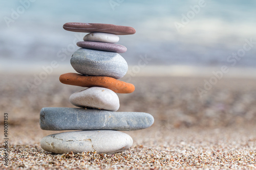 stos-brogujacy-kamienie-na-piaskowatej-plazy-przy-adriatyckim-morzem