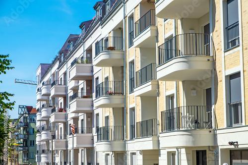 Zdjęcie XXL Rząd nowych domów apartamentowych w Berlinie w Niemczech