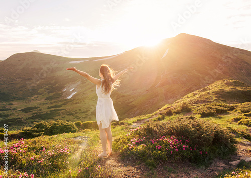 Photo  Happy woman enjoying the nature in the mountains