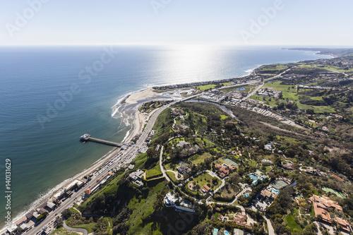 Zdjęcie XXL Widok z lotu ptaka Pacyficznego oceanu widok nieruchomości i molo w Malibu, Kalifornia.