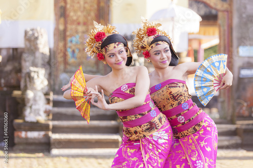 Montage in der Fensternische Bali BALI - 6 March 2017 : girl performing traditional Indonesian dance at Ulun Danu temple Beratan Lake in Bali Indonesia on 6 March 2017 in Bali, Indonesia.