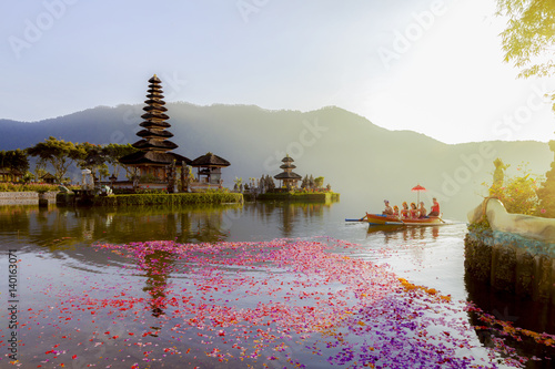 Foto auf Gartenposter Bali Beratan Lake in Bali Indonesia, 6 March 2017 : Balinese villagers participating in traditional religious Hindu procession in Ulun Danu temple Beratan Lake in Bali Indonesia