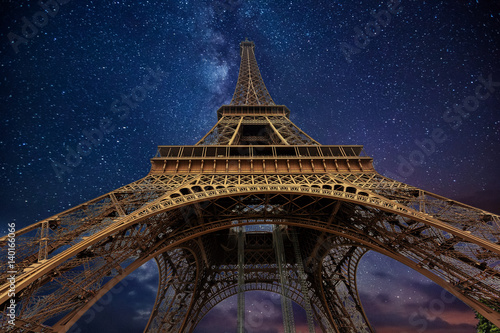 Poster Tour Eiffel The Eiffel Tower at night in Paris, France